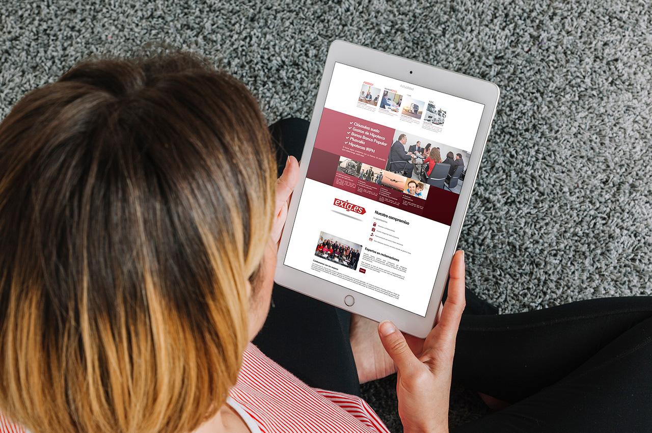 Mujer consultando la web Exig.es